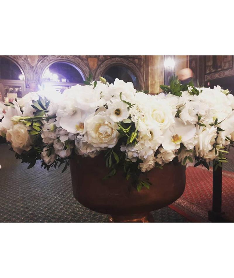 Aranjament Pentru Cristelnita Cu Flori Albe Florarie In Constanta